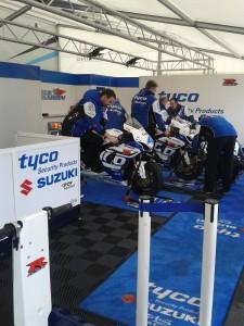 meccanici Tyco Suzuki al lavoro per le seconde qualifiche della classe Supersport
